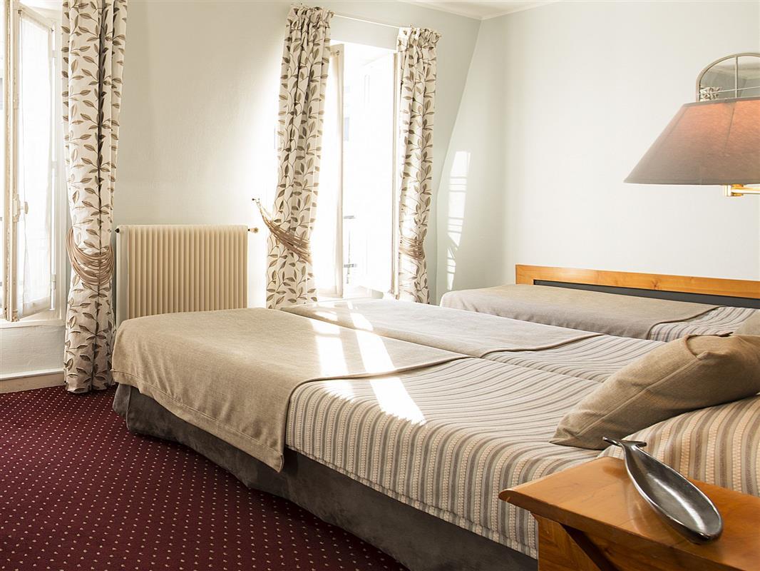 Chambre pour 3 personnes l 39 hotel france eiffel paris for Chambre 6 personnes paris